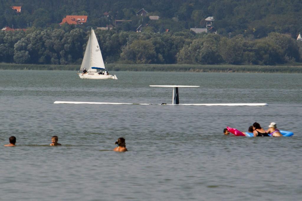 Vitorlázó repülõgép zuhant a vízbe Balatonberénynél