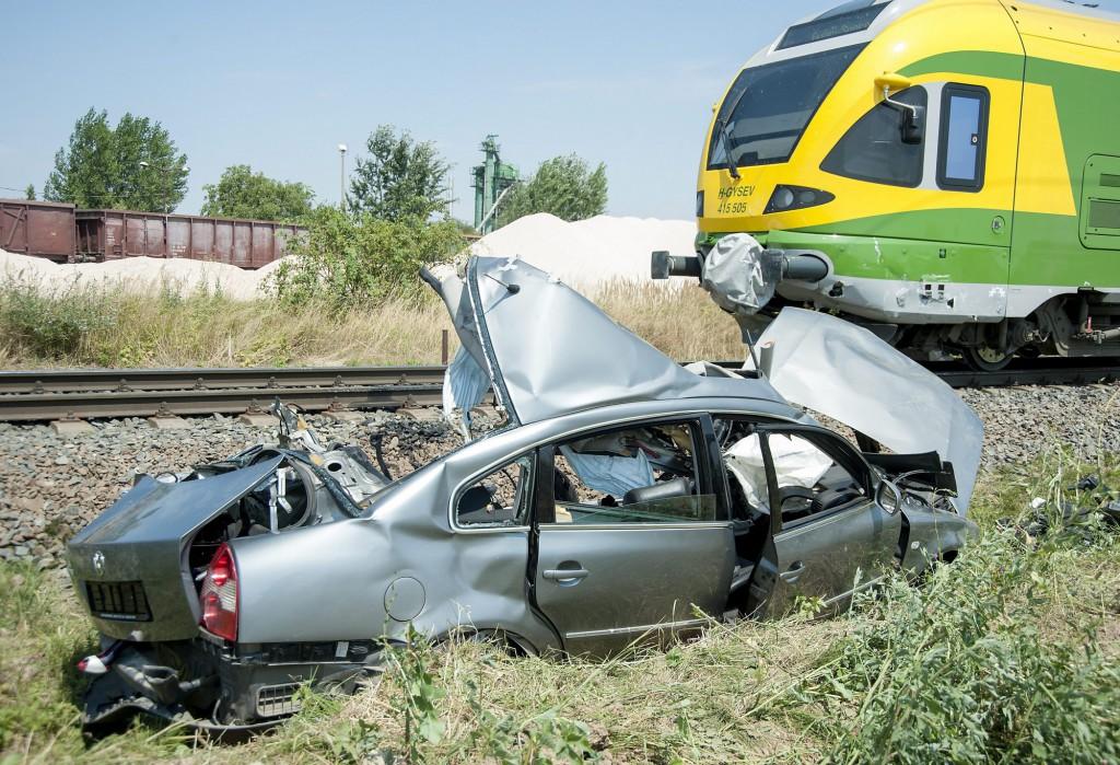 Vonattal ütközött össze egy autó Csornán, négy ember megh