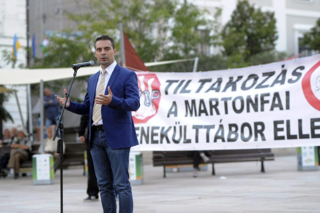 Pécs, 2015. szeptember 9. Vona Gábor, a Jobbik elnöke beszédet mond pártja tüntetésén, amelyen a bevándorlók letelepülése ellen tiltakoztak Pécsett, a Széchenyi téren 2015. szeptember 9-én. MTI Fotó: Lendvai Péter