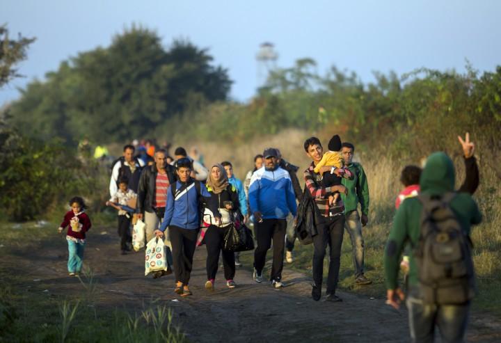 Röszke, 2015. szeptember 14. Illegális bevándorlók mennek a gyûjtõpont felé a magyar-szerb határon, a Horgos-Szeged vasútvonal mentén, Röszke közelében 2015. szeptember 14-én. MTI Fotó: Mohai Balázs