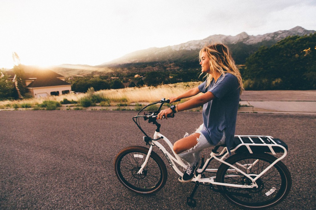 nő biciklizik, kerékpár, bicikli
