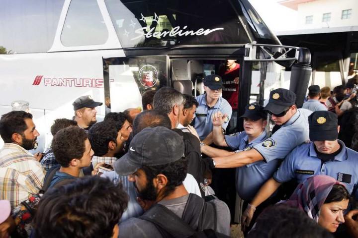 Pélmonostor, 2015. szeptember 18. Migránsok felszállnak egy autóbuszra a horvátországi Pélmonostor (Beli Manastir) buszpályaudvarán 2015. szeptember 18-án. MTI Fotó: Balogh Zoltán