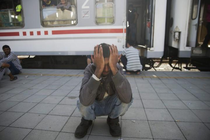 Pélmonostor, 2015. szeptember 18. Migránsok egy vonat mellett várakoznak a horvátországi Pélmonostor (Beli Manastir) vasútállomásán 2015. szeptember 18-án. MTI Fotó: Balogh Zoltán