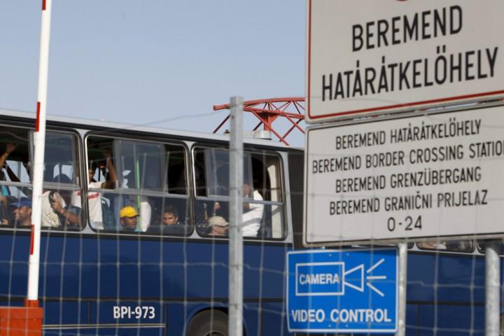 Beremend, 2015. szeptember 18. Migránsok magyar autóbuszon a magyar-horvát határon, a beremendi határátkelõn 2015. szeptember 18-án. Az átkelõn a magyar hatóságok mintegy 1500 horvát buszokkal érkezõ migránst engedtek be, akiket magyar buszokkal vittek tovább. MTI Fotó: Varga György