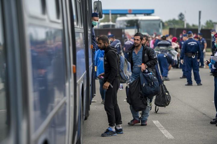 Beremend, 2015. szeptember 20. Illegális bevándorlók felszállnak egy autóbuszra a beremendi magyar-horvát határátkelõhelyen 2015. szeptember 20-án. MTI Fotó: Sóki Tamás