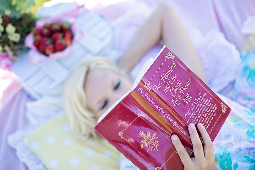 olvasó nő, könyv, pihenés, olvasás