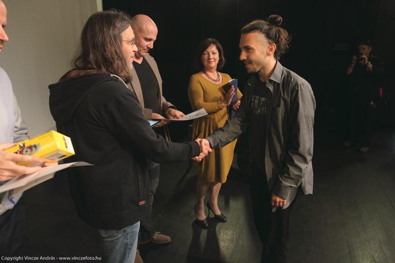 Martin átveszi a díjat Janisch Attila rendezőtől