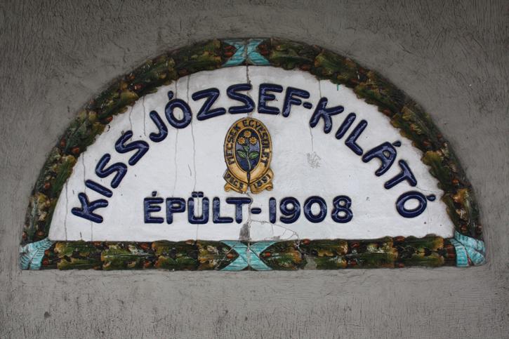 Az emléktábla, amit Zsolnay készített