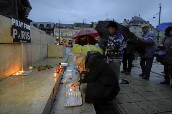 Debrecen, 2015. november 15. Résztvevõk az Együtt- a Korszakváltók Pártja helyi szervezetének a párizsi terrortámadásokban elhunyt áldozatok emlékéért tartott megemlékezésén a debreceni Kossuth szobor elõtt 2015. november 15-én. MTI Fotó: Czeglédi Zsolt