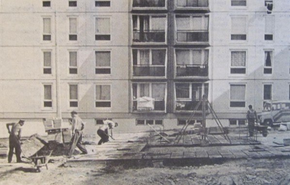 Játszóteret építenek a panel elé kertvárosban