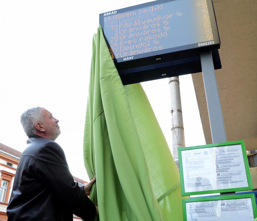 A városvezető leleplezi az egyik táblát