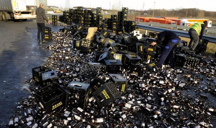 Budapest, 2015. november 23. Sörösrekeszek és üvegek, egy teherautó leborult rakománya az úton az M0-s és az M51-es autóút csomópontjában lévõ körforgalomban 2015. november 23-án. MTI Fotó: Mihádák Zoltán