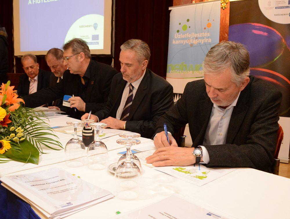 A városvezető aláírja az együttműködési szerződést