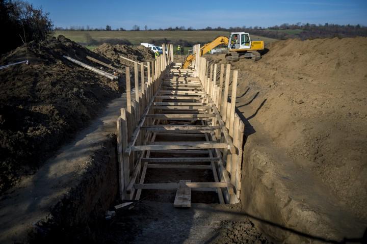 Cserdi, 2015. november 19. Kutatóárkot alakítanak ki Cserdi közelében 2015. november 19-én. A 700 méter hosszú, 2-6 méter mély kutatóárok feladata, hogy a geológusok információkat gyûjtsenek a paksi kiégett fûtõelemek tervezett tárolójával kapcsolatos vizsgálatokhoz. A Nyugat-Mecsek egy, a késõbbiekben kijelölendõ pontján, a tervek szerint a 2060-as évek végére épülne meg a végleges tároló, biztonságos elhelyezést nyújtva a paksi atomerõmû addigra felhalmozódó, 18 ezer 500 kiégett fûtõelemének és más, nagy aktivitású hulladékának.  MTI Fotó: Sóki Tamás