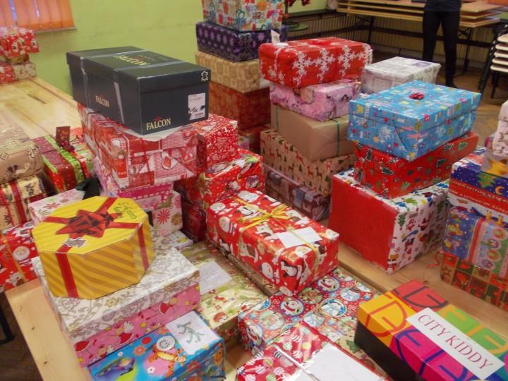 Hegyekben álltak az ajándékdobozok