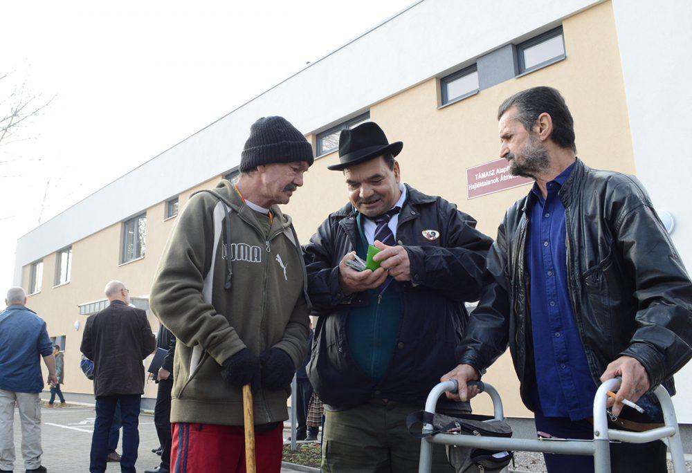 A hajléktalanok az új épület előtt
