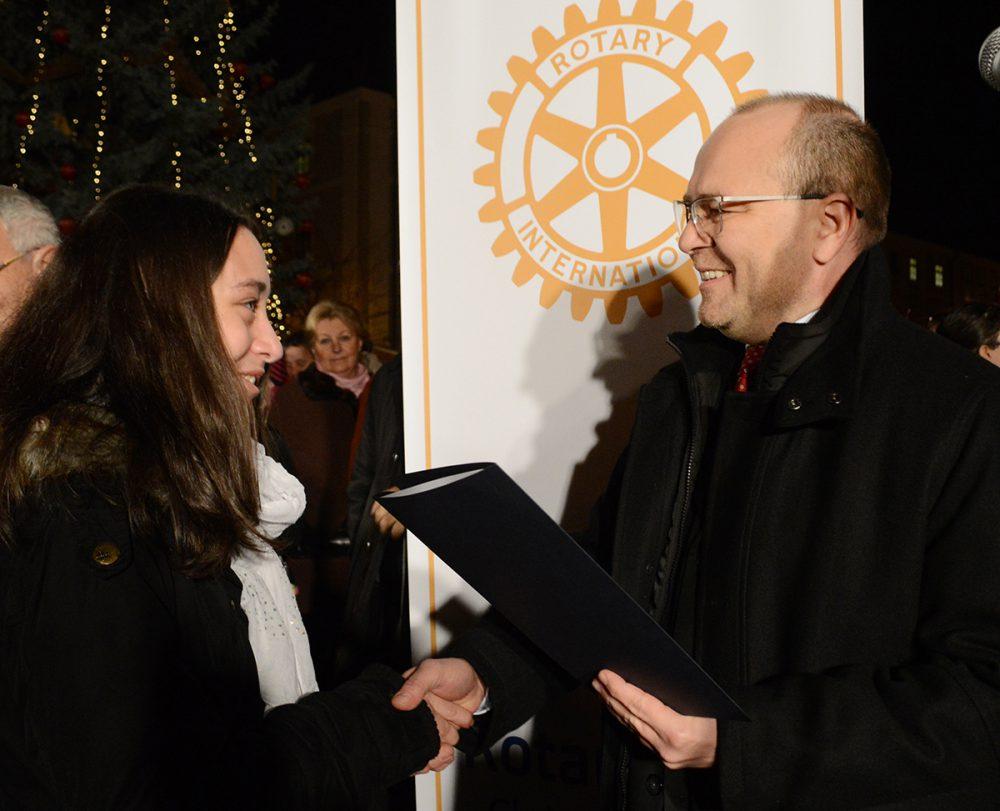 Girán János átadja a Rotary Club ajándékát