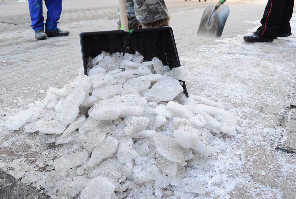 Eltakarítják a havat és a jeget