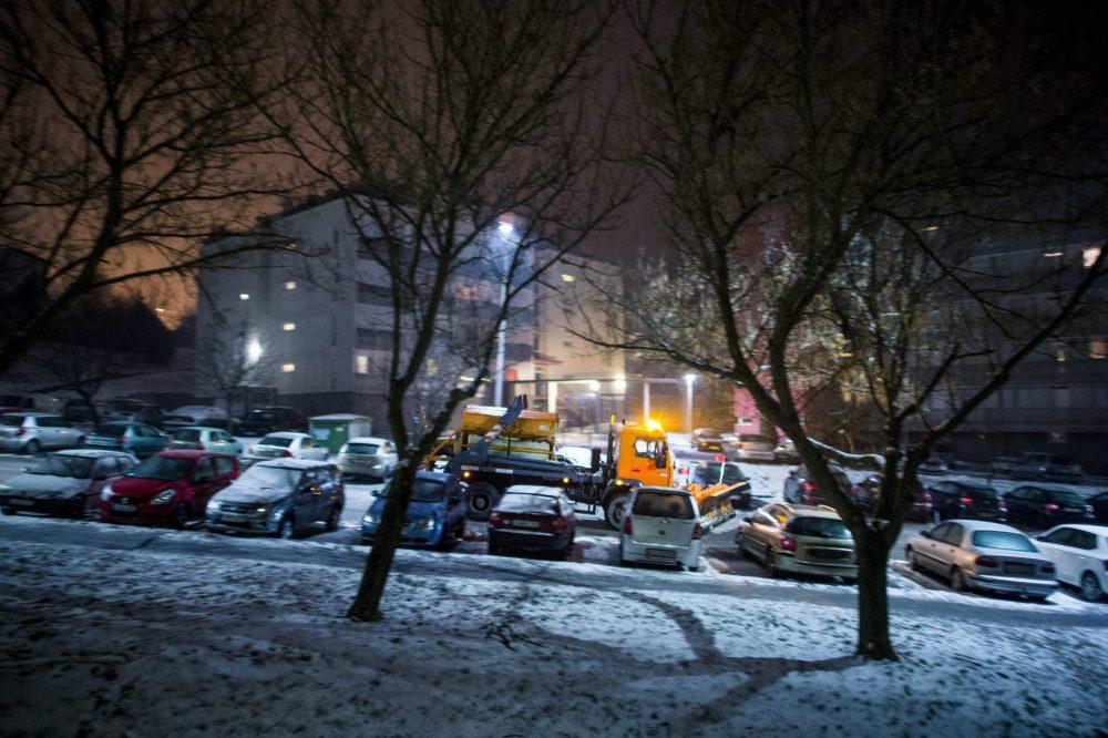Pécs, 2016. január 5. Munkagép dolgozik az ónos esõtõl lefagyott úton, Pécsen 2016. január 5-én. MTI Fotó: Sóki Tamás