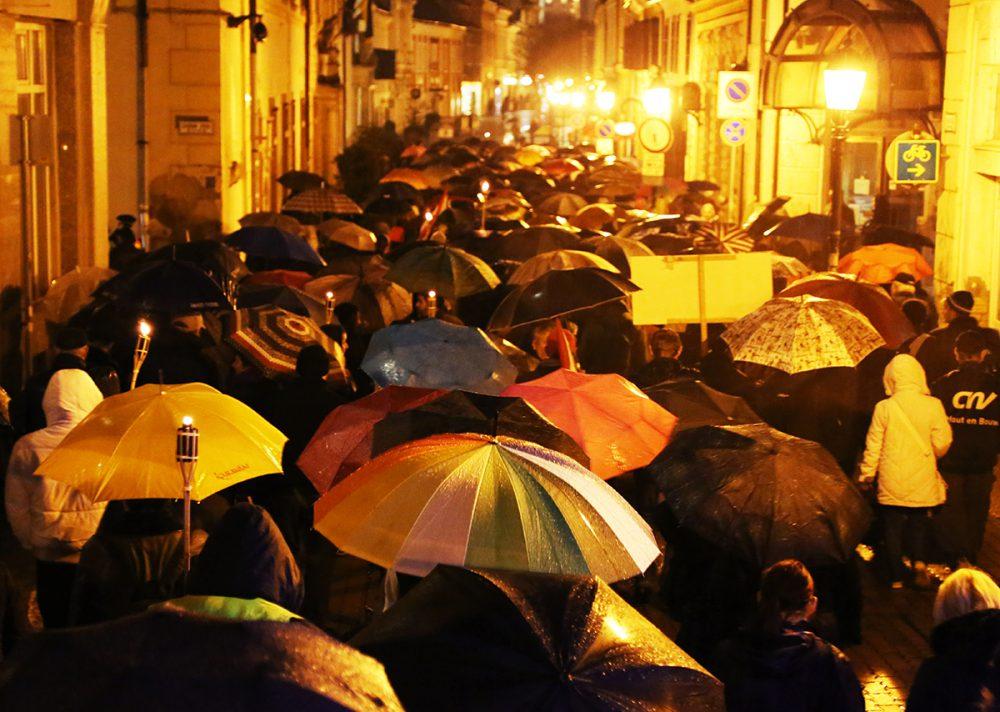 Közel ezer ember menetelt az esőben