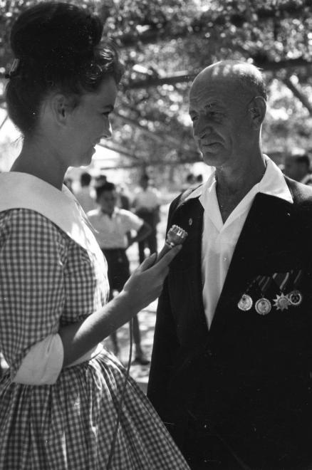 1957_Halász Mária a Magyar Rádió körzeti stúdiójának riportere munka közben_érdemrend_bányász nap