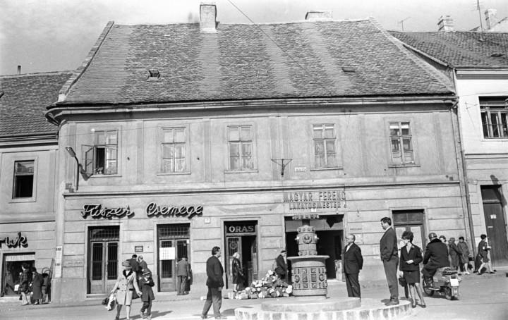 1968_városi divat_Jókai téren a Zsolnay centenáriumi emlékkút