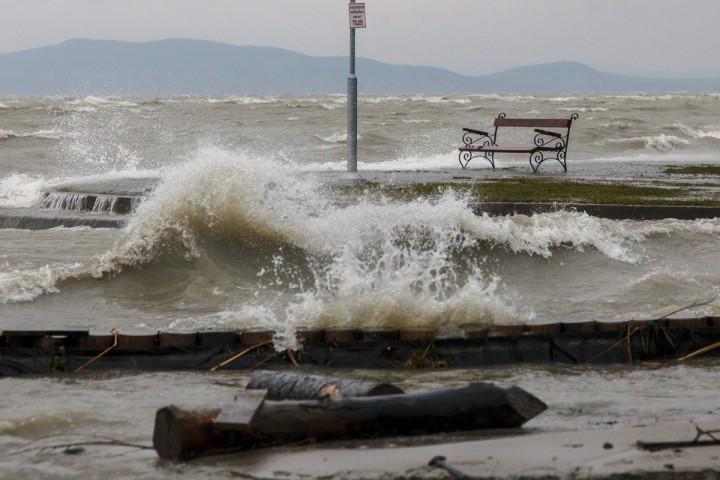 Balatonfenyves, 2016. március 4. A Balaton magas vízállása és a viharos szél miatt kicsapódó hullámok a balatonfenyvesi szabadstrandon 2016. március 4-én. MTI Fotó: Varga György