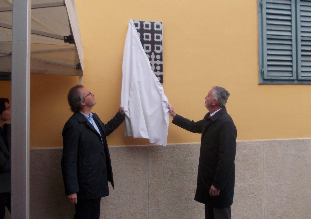 A művész unokája és Pécs polgármestere leleplezik az emléktáblát
