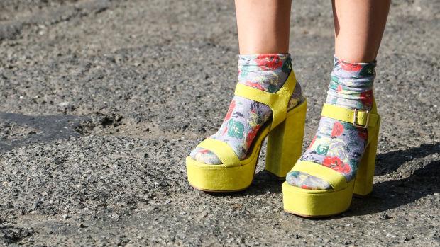 Ez a vég! Újra divat lett a zokni szandál! | pecsma.hu