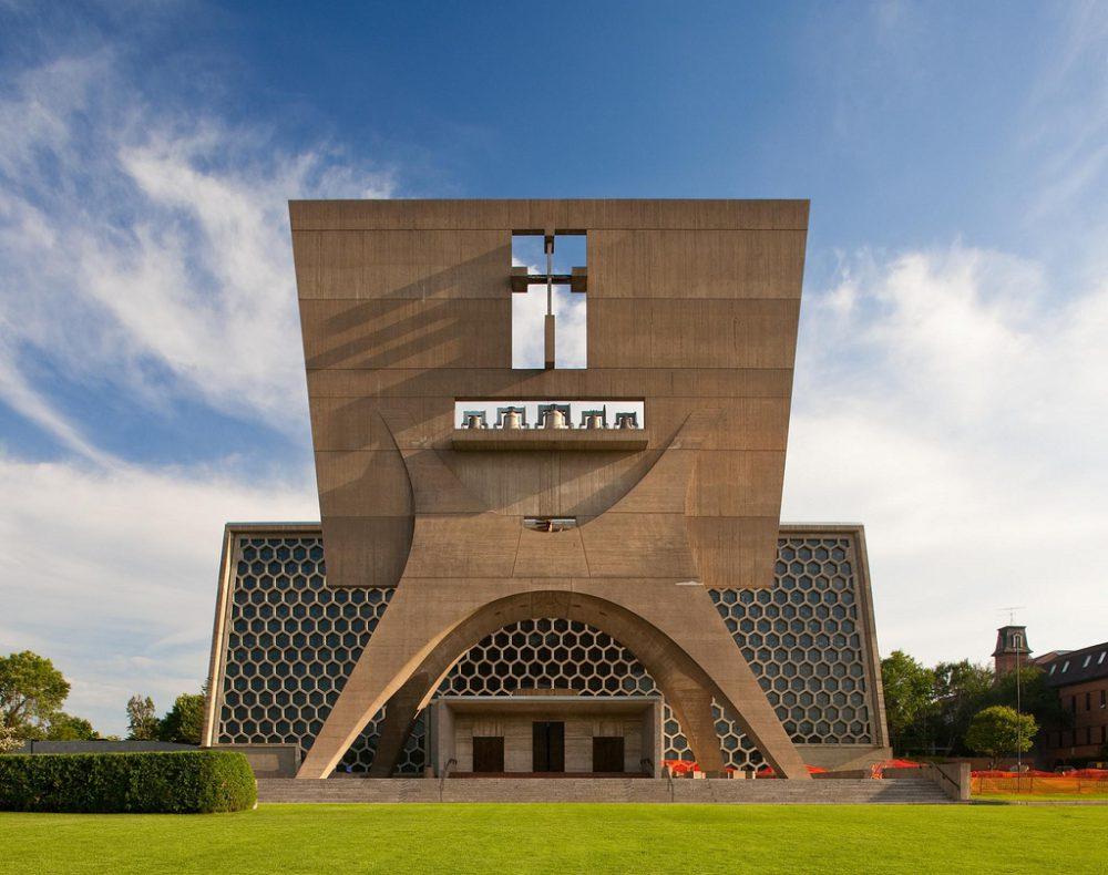 Monumentális, sajátos templom a Szent János Apátság épülete