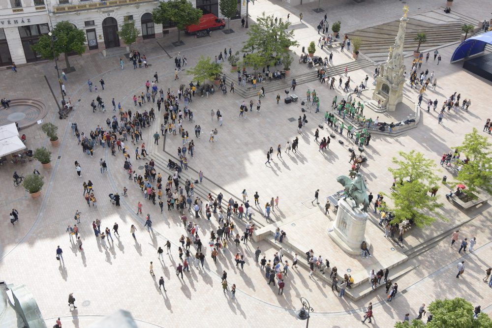 A gyülekezés: így még csak közönséges tömegnek tűnik
