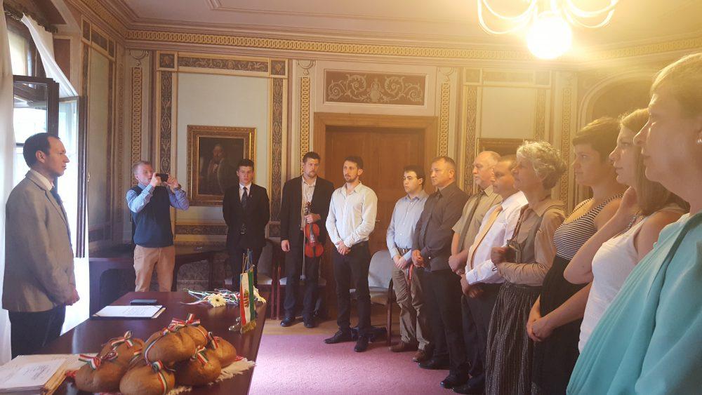 Az alpolgármester köszönti a magyar állampolgári esküjüket letevő határon túli magyarokat