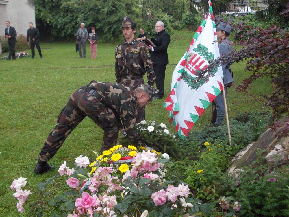 Őri László koszorúját elhelyezik az emlékműnél