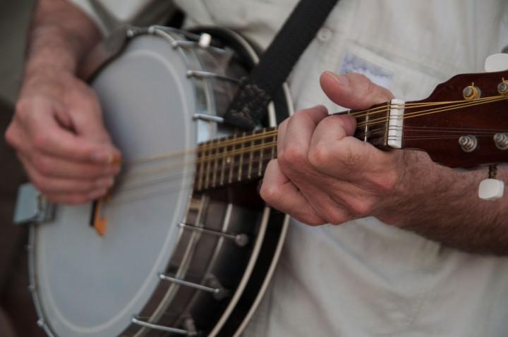 Íme egy olasz mandolin-banjo, amin country szól egy pécsi által
