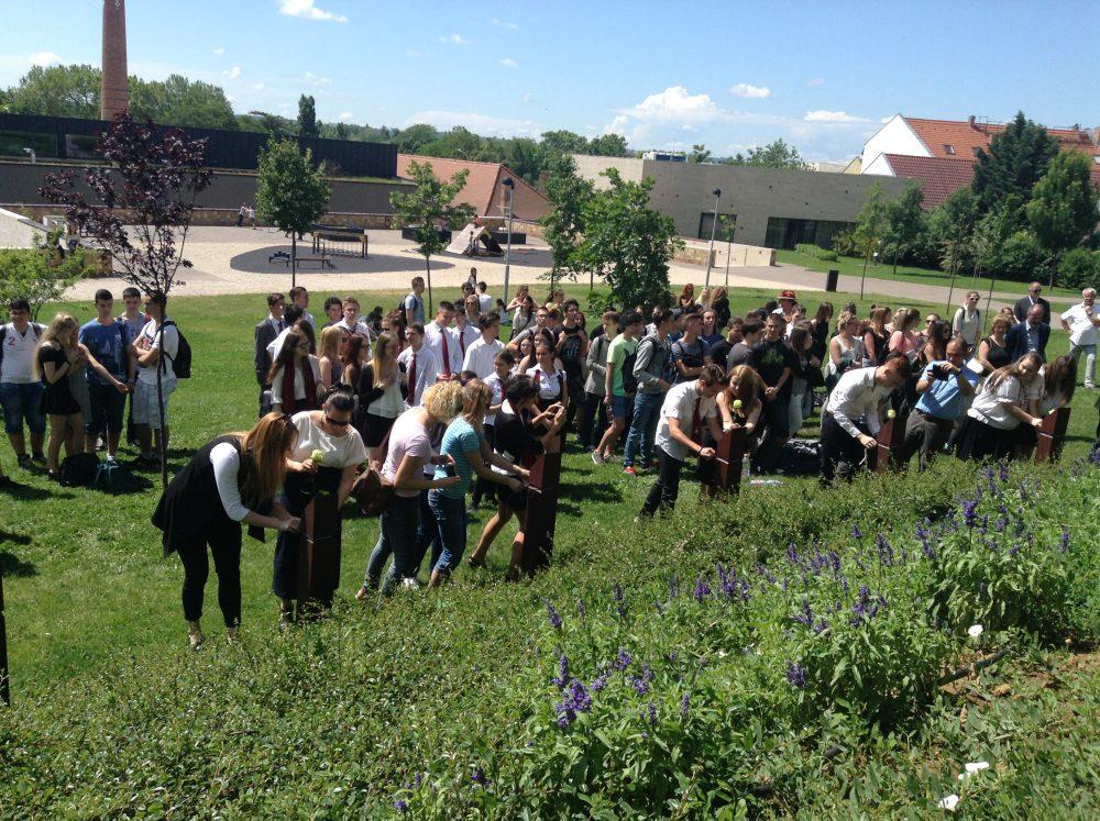 A diákok virágot tűztek az elcsatolt országokat jelképező kopjafákra