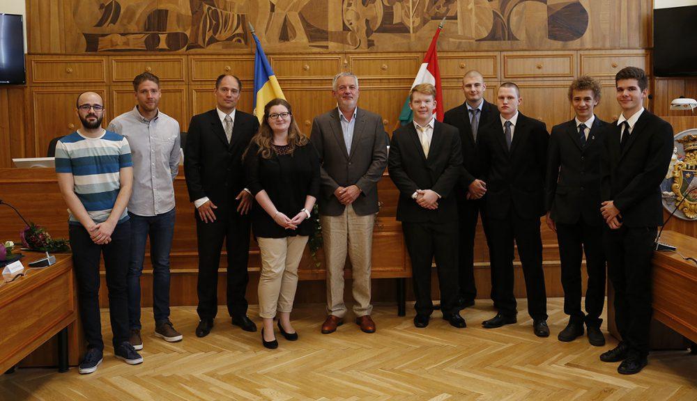 Páva Zsolt polgármester és Lovász István jegyző a díjazottakkal