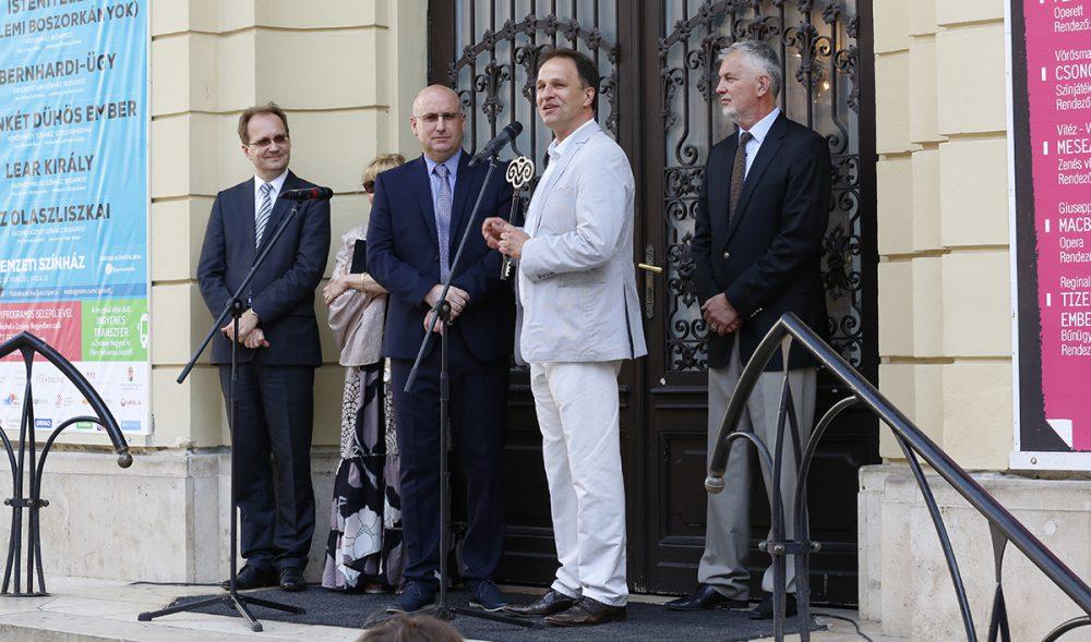 Rázga Miklós átadja a színház kulcsát Magyar Attilának