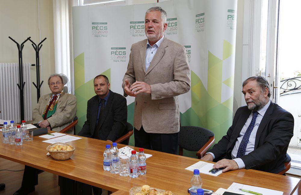 A polgármester köszönti a világ minden pontjáról érkező történészeket