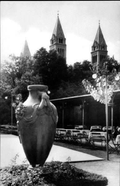 A kert hangulatát ezek a vázák is megdobták
