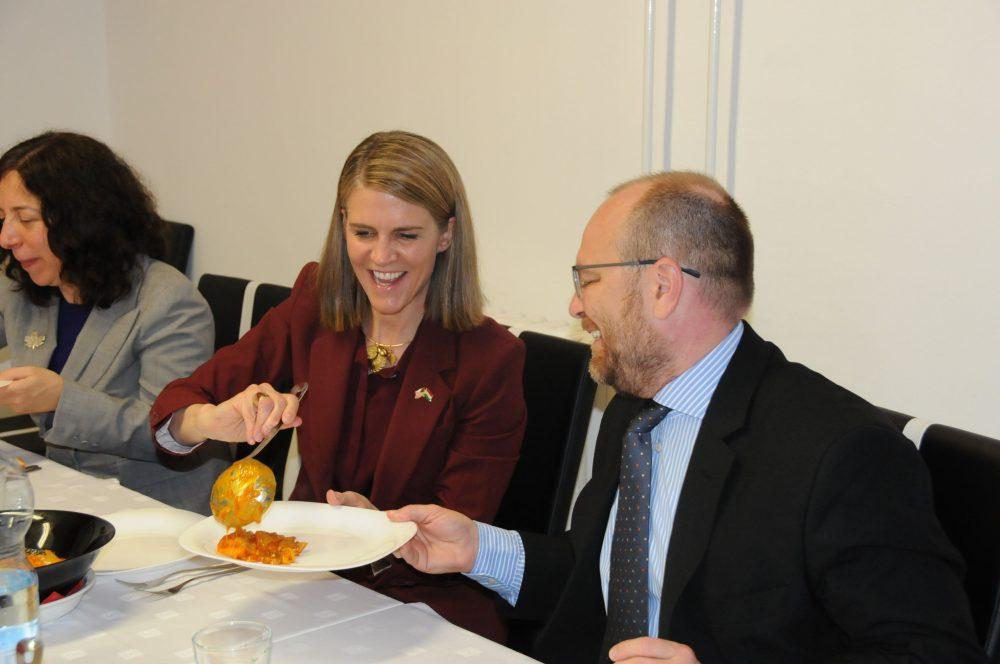 Colleen Bell, Girán János alpolgármesterrel, és Lisa Helfand kanadai nagykövettel