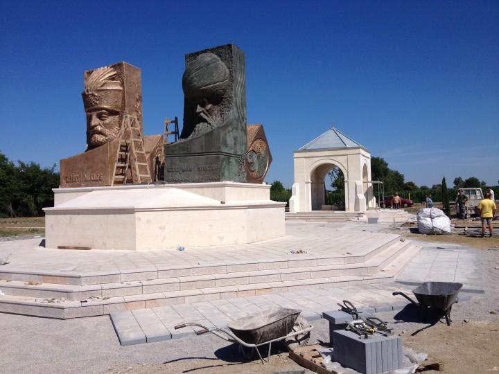 Most már mindkét szobor bronzból van