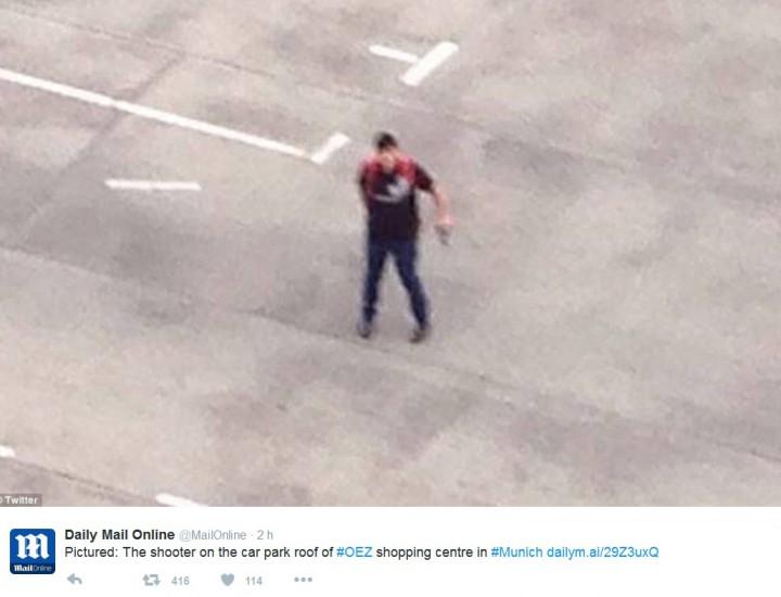 Többen is lefotózták az elkövetőt, akinek a kezében látszik a fegyver