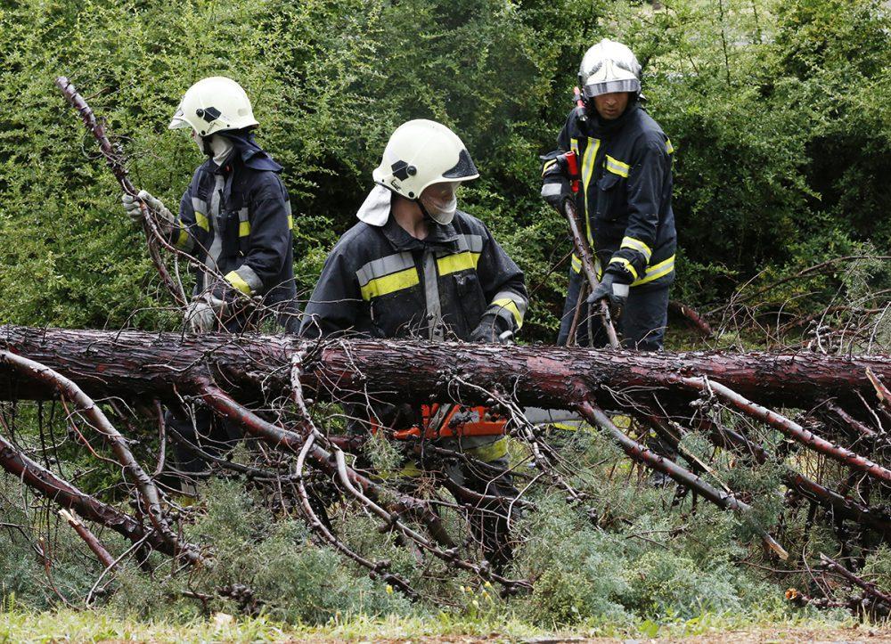Dolgoznak a pécsi tűzoltók