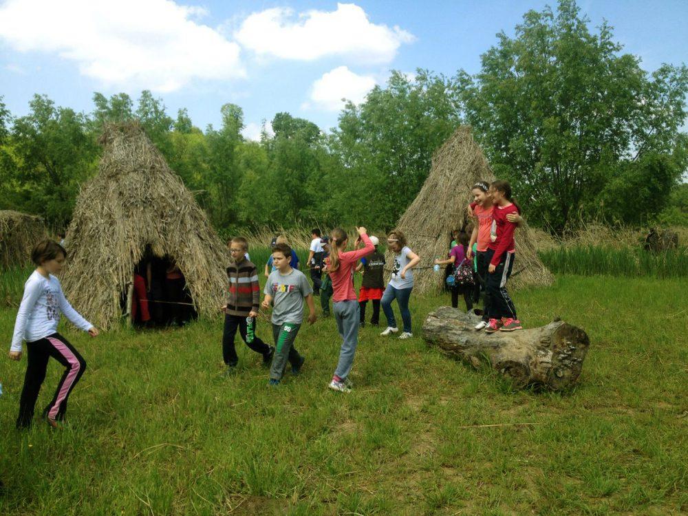 Nádkunyhót is építettek a gyerekeknek