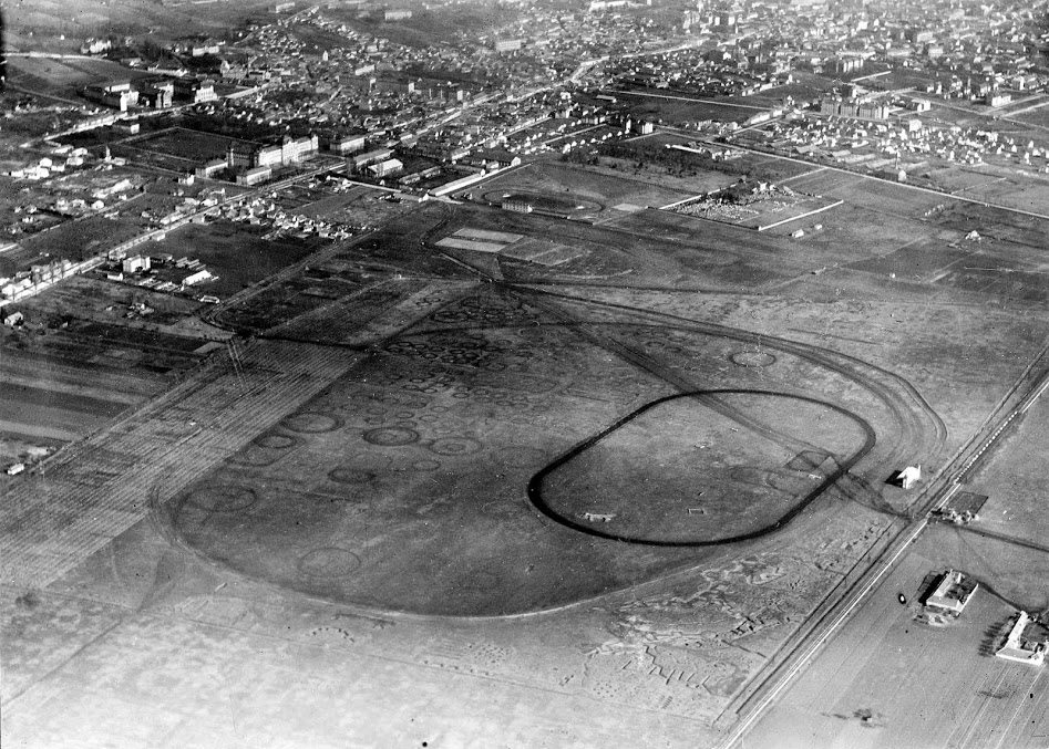 Az uránváros területén lévő reptér a lóversenypályával