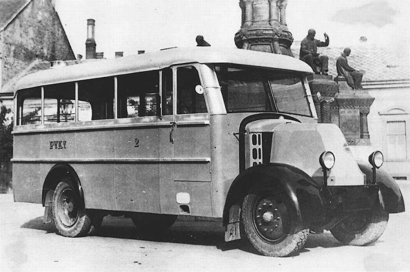 Az első pécsi busz úton