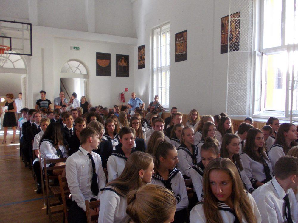 Telt ház volt, sok diákkal