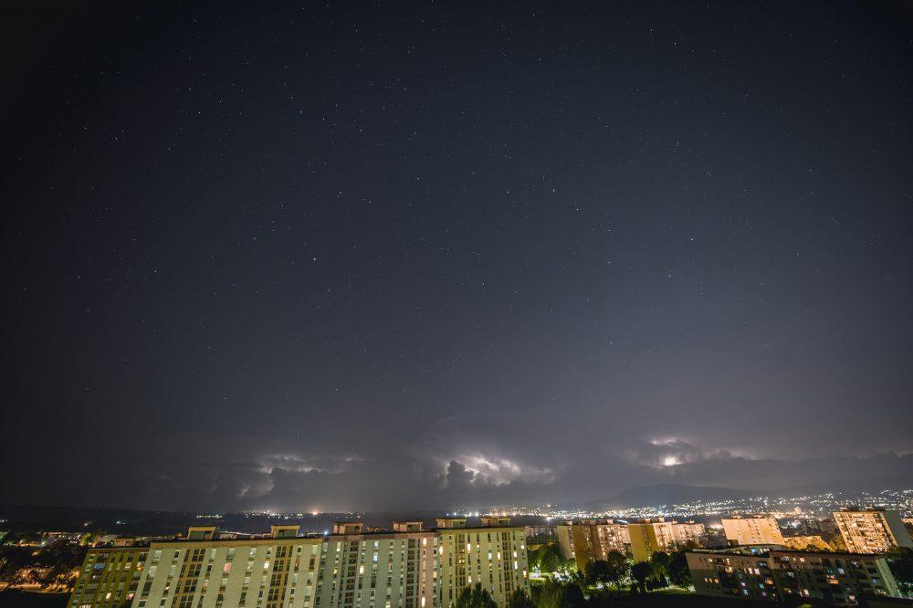 Pécs, 2016. augusztus 1. Villámlás az égbolton a viharfelhõk mögött Pécsett 2016. július 31-én. MTI Fotó: Sóki Tamás