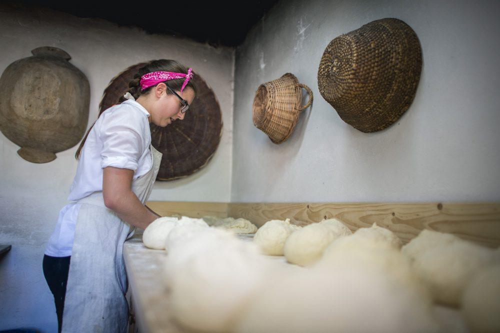 Orfû, 2016. augusztus 7. Egy lány cipókat gyúr a Magyarok kenyere program javára gyûjtött búza összeöntésekor az Orfûn rendezett ünnepségen 2016. augusztus 7-én. MTI Fotó: Sóki Tamás