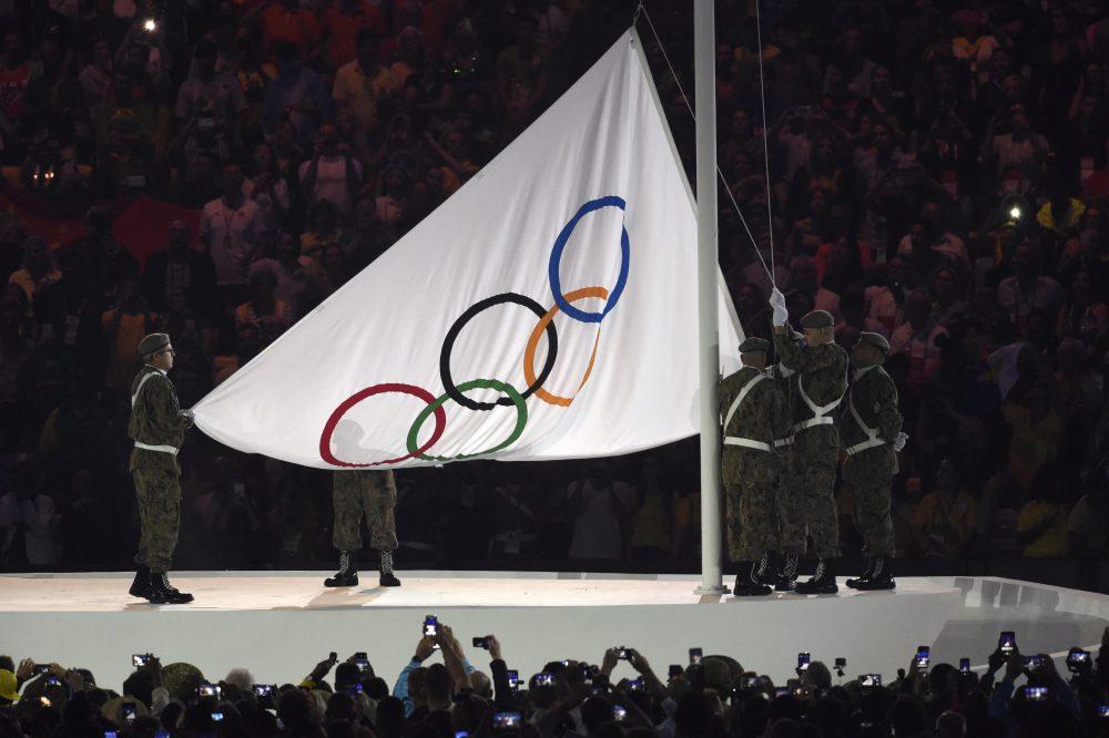Rio de Janeiro, 2016. augusztus 6. Felvonják az olimpiai zászlót a XXXI. nyári olimpiai játékok megnyitóünnepségén a Rio de Janeiró-i Maracana Stadionban 2016. augusztus 5-én. MTI Fotó: Kovács Tamás